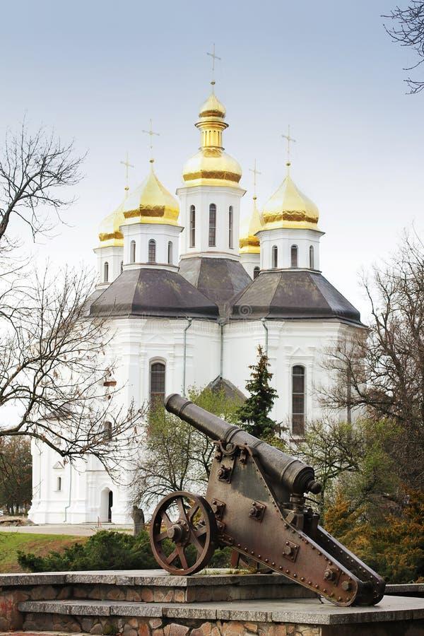 Église dans les arbres Église Vieille église dans Tchernigov Dôme d'or histoire Vieille ville images libres de droits