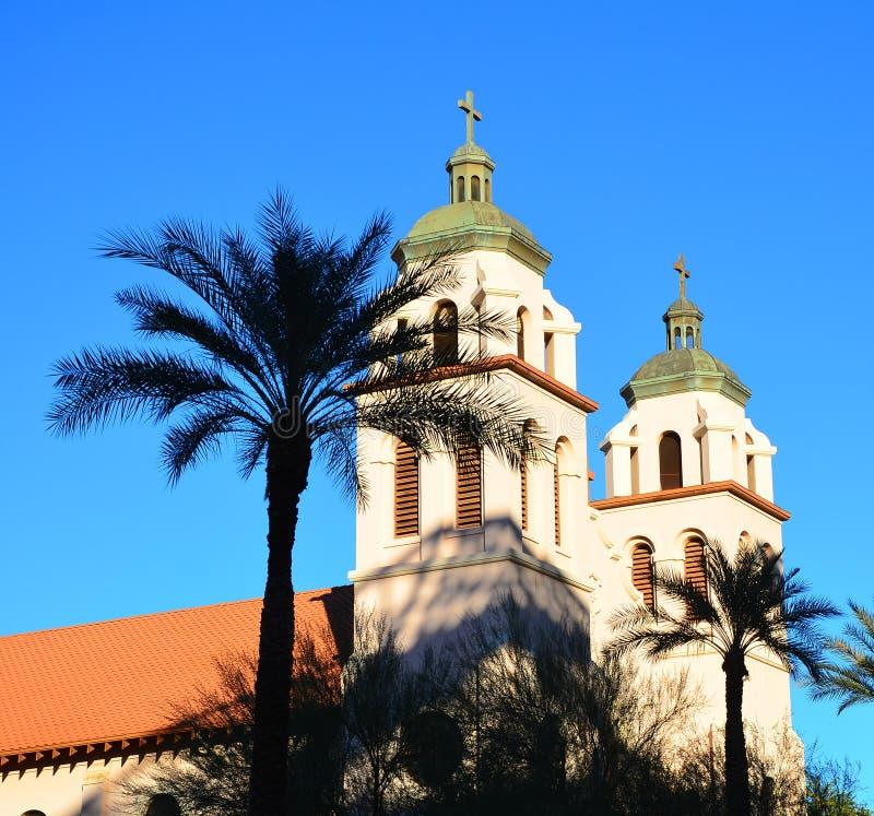Église dans les paumes photos libres de droits