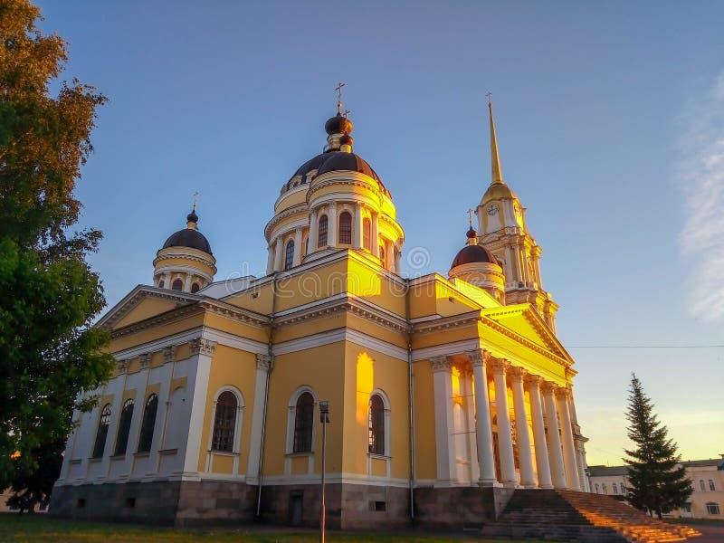 Église dans les rayons du coucher du soleil d'été photographie stock