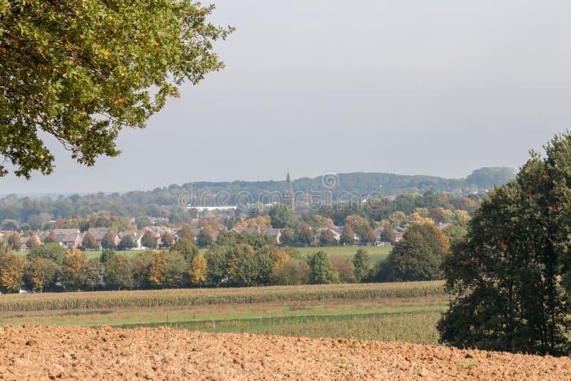 Église dans un village pris de loin image stock
