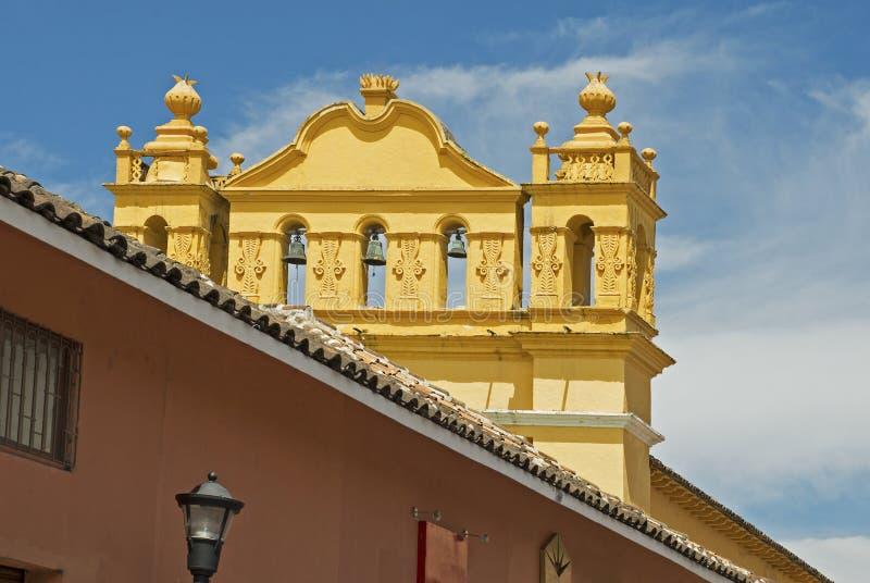 Église coloniale avec la tour de cloche au Mexique photos stock
