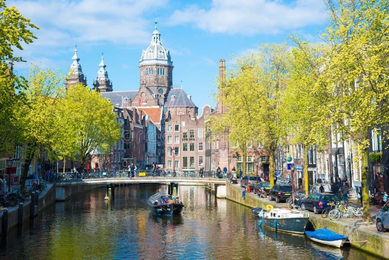 Église de canal et de rue Nicolas à Amsterdam, Hollandes photo libre de droits