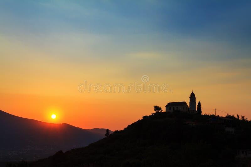 Église de colline de coucher du soleil photographie stock libre de droits