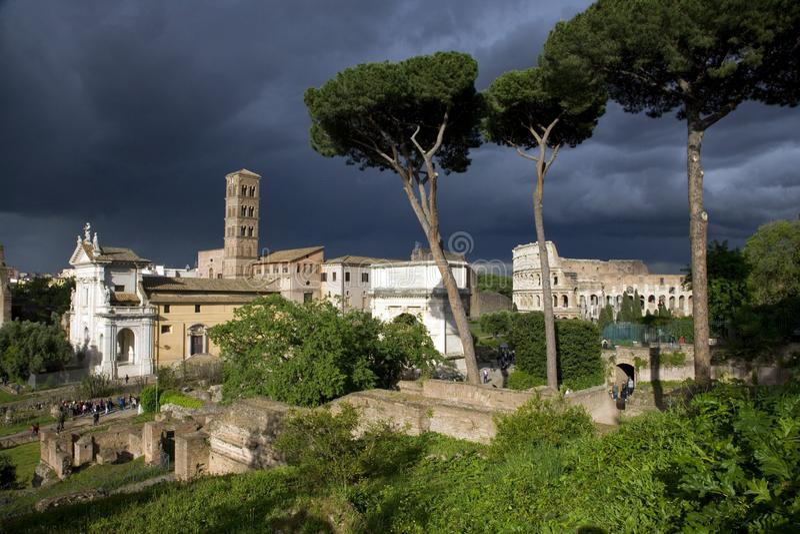 Église de Colosseum de la tour de cloche de St Francis Roman de l'église de l'Italie Colosseum de forum de hillRome de Palatine d photographie stock
