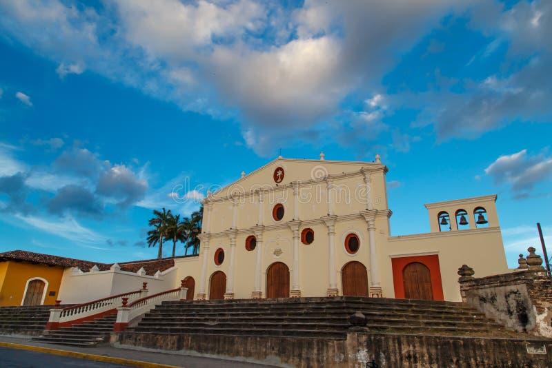 Église de Grenade, Nicaragua avec le beau ciel photo stock