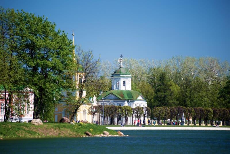 Église de Kuskovo et tour de Bell photos libres de droits