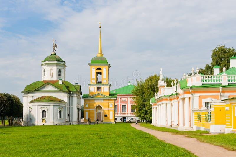Église de Kuskovo et tour de Bell. Moscou images libres de droits