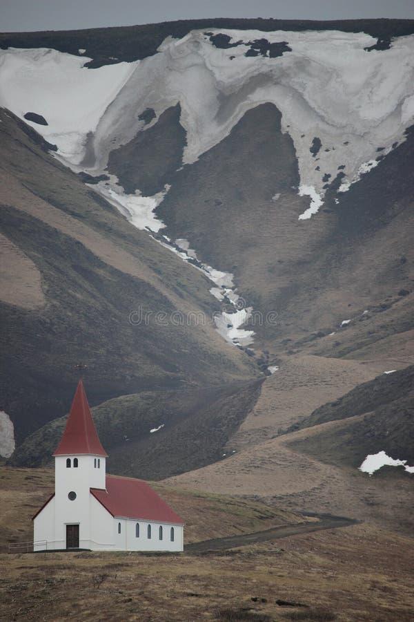 Église de l'Islande dans une vallée de montagne image libre de droits