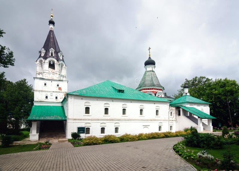 Église de la protection du Theotokos dans le village d'Alexandrovskaya photos stock