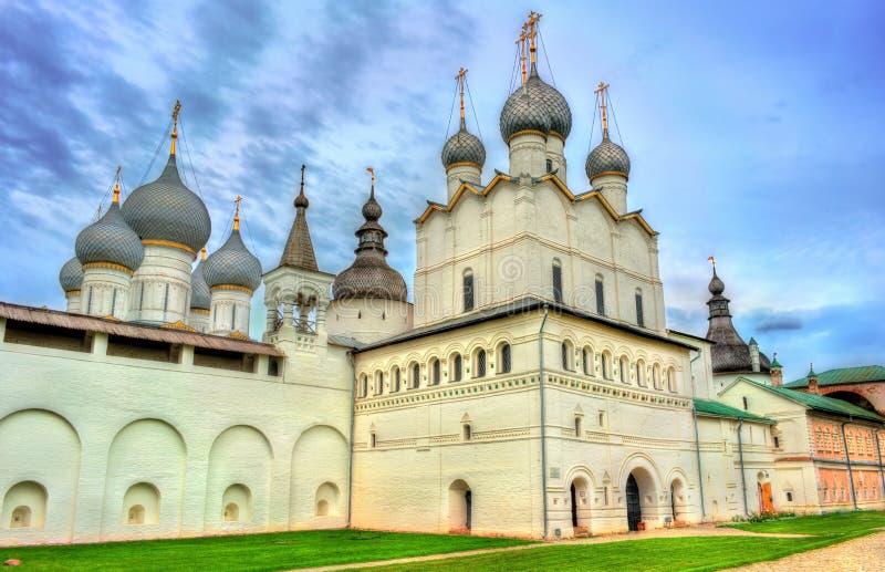 Église de la résurrection du Christ et de la cathédrale d'hypothèse chez Rostov Kremlin, oblast de Yaroslavl, Russie photographie stock