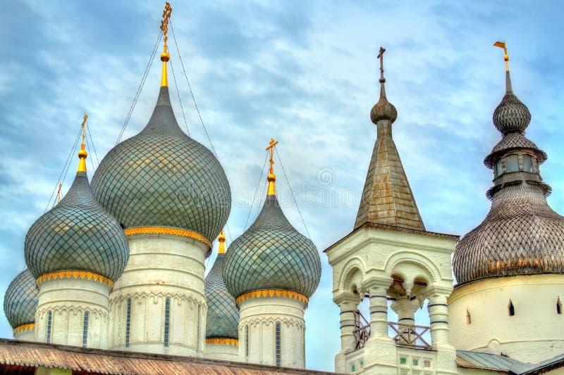 Église de la résurrection du Christ et de la cathédrale d'hypothèse chez Rostov Kremlin, oblast de Yaroslavl, Russie photographie stock libre de droits