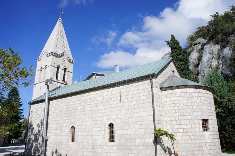 Église de la trinité sainte dans la partie plus inférieure du monastère orthodoxe serbe d'Ostrog dans Monténégro photos stock