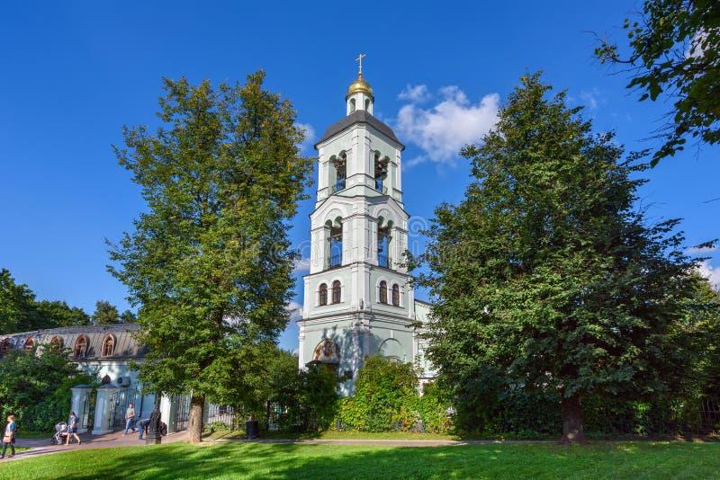 Église de la vierge bénie et la maison de prêtre en parc Tsaritsyno moscou image stock