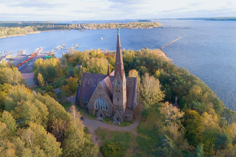 Église de Mary Magdalene Lutheran sur la banque de la photographie aérienne du golfe de Finlande Primorsk, Russi photo libre de droits