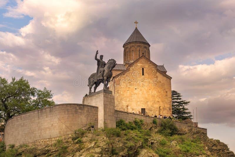 Église de Metekhi et monument du Roi Vakhtang Gorgasali à Tbilisi, la Géorgie photos stock