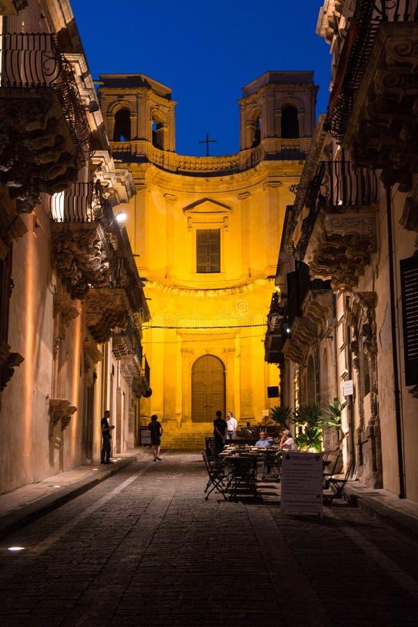 Église de Montevergini dans la vieille ville de Noto à l'heure bleue, La Sicile, Italie photographie stock libre de droits