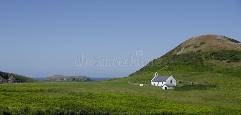 Église de Mwnt et vue d'île de cardigan photographie stock libre de droits