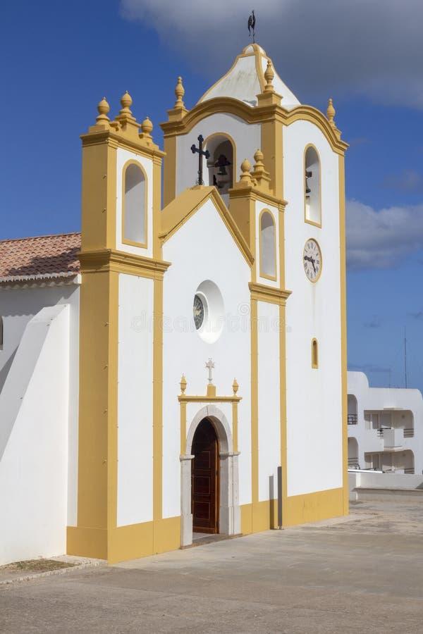 Église de Nossa Senhora DA Luz, Praia DA Luz, Algarve, Portugal contre un ciel bleu images libres de droits