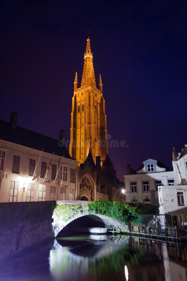 Église de notre vue de Madame Bruges de rivière la nuit photographie stock libre de droits