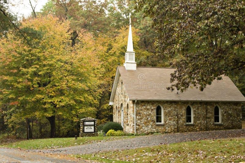 Église de pays en automne photo stock
