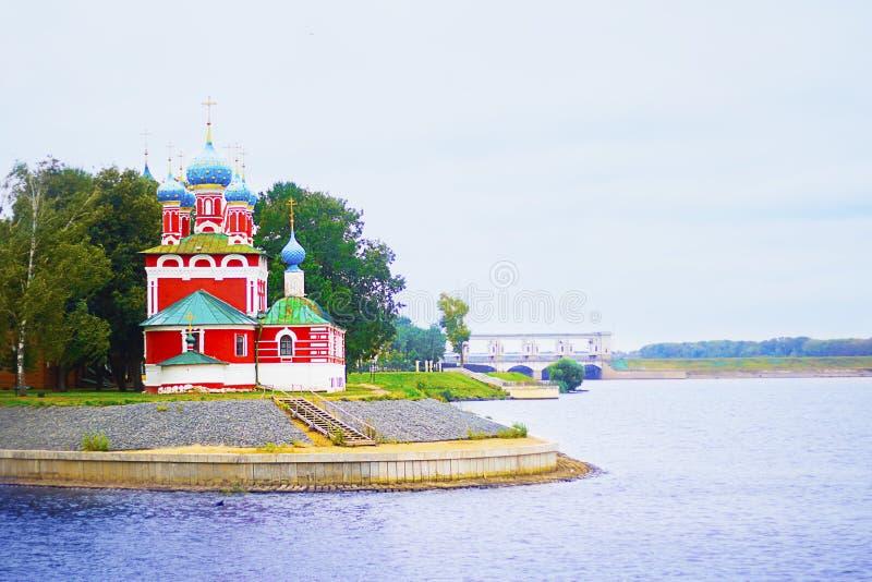 Église de présentation de mère de Dieu dans le temple dans Kalyazin, Russie sur la banque de Volga Croisière de rivière, voyagean image stock