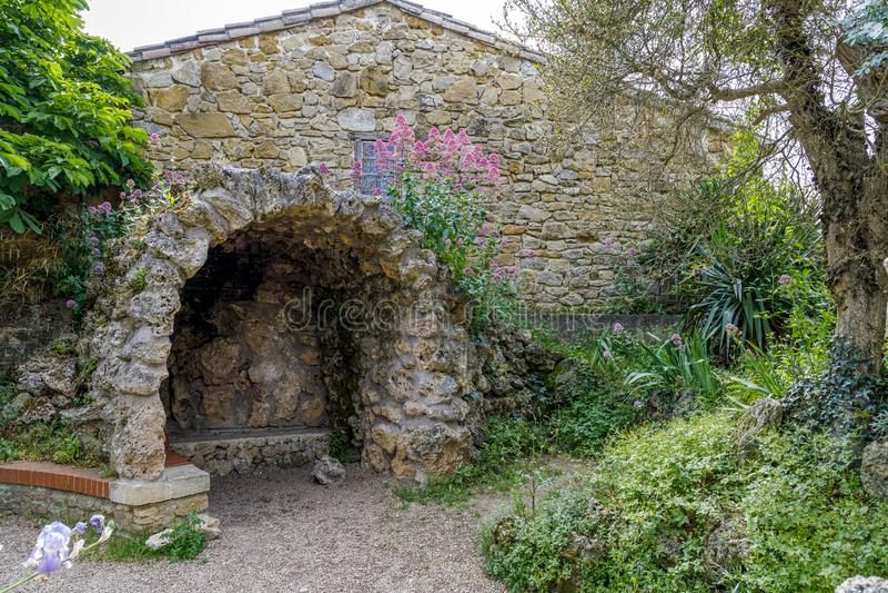 Église de Rennes le Chateau, France Représentation de la caverne de Fatima photographie stock