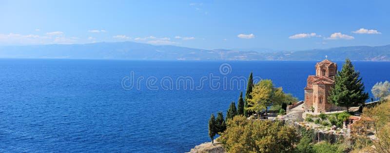 Église de rue Jovan Kaneo donnant sur le lac Ohrid images stock