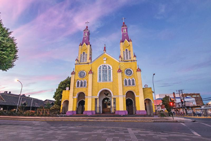 Église de San Francisco à la plaza De Armas Square au coucher du soleil - Castro, île de Chiloe, Chili images stock