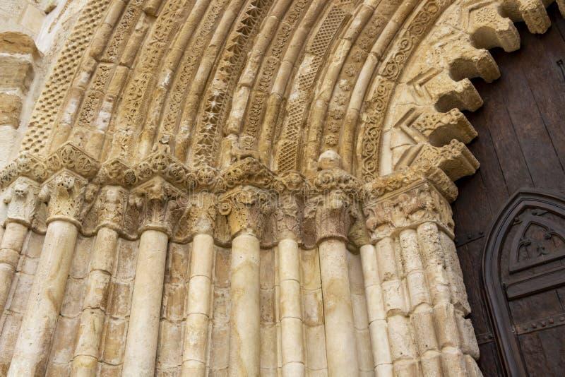 Église de San Pedro de la Rua, l'église de St Peter à Estella-Lizzara, la Navarre Espagne, détail architectural de porte d'entrée photos libres de droits