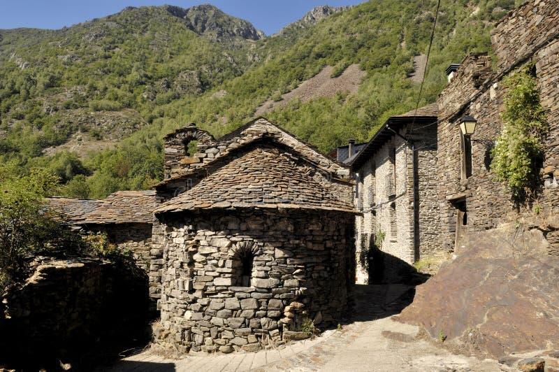 Église de Sant Roma dans le village d'Ainato, Pallars Sobira, moutains de Pyrénées, Lérida, Espagne image libre de droits