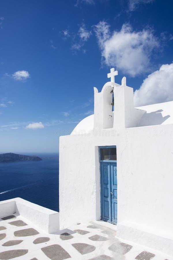 Église de Santorini, porte bleue, été 2016, vue de Santorini de mer avec l'église photographie stock libre de droits