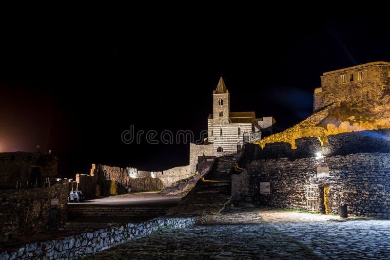 Église de Solated par nuit près de la La Spezia, Italie de l'église Portovenere/de St Peter de mer images stock