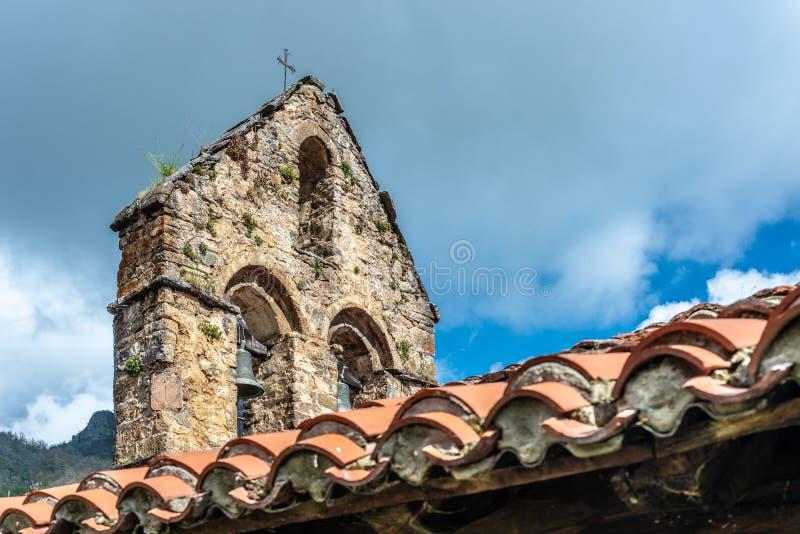 Église de St George dans Ledantes près de Santander, Espagne images libres de droits