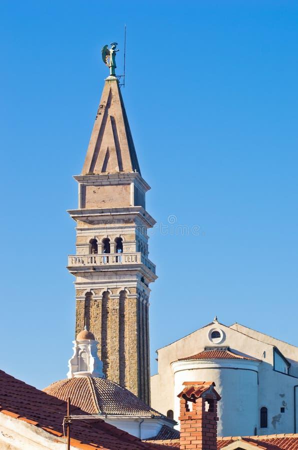 Église de St George et tour de cloche à la ville de Piran dans Istria images libres de droits