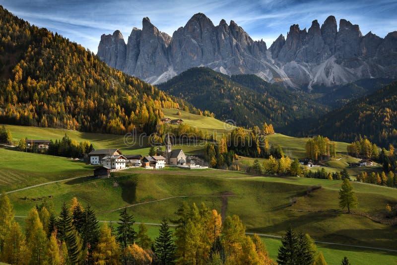 Église de St Magdalena devant les crêtes de montagne de dolomites de Geisler ou d'Odle Vallée de Val di Funes en Italie photo stock