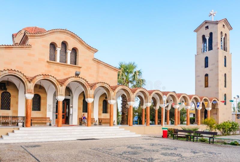 Église de St Nektarios avec une tour de cloche Faliraki photographie stock