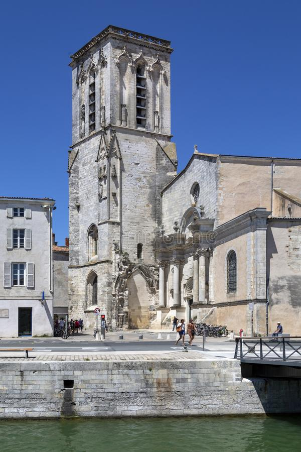 Église de St Sauveur dans le port de La Rochelle - France image stock