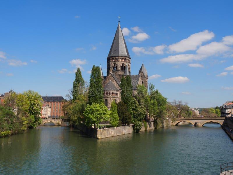 Église de temple à Metz avec la rivière la Moselle photo stock