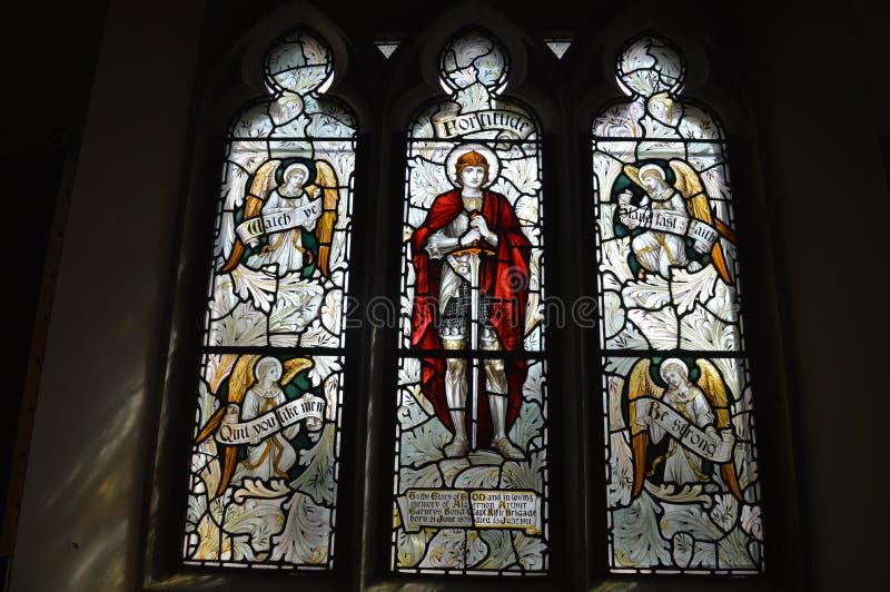 Église de Tyneham de fenêtres en verre teinté dans le village de fantôme, île de purbeck Dorset photo libre de droits