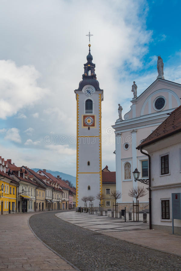 Église de ville photographie stock libre de droits