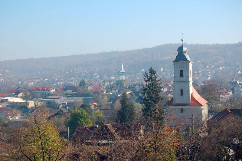 Église de vue aérienne dedans de la vieille ville construite au pré vert, sous le ciel bleu à la journée photos stock
