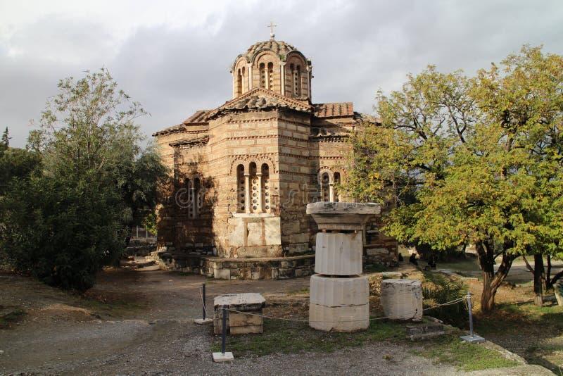 Église des apôtres saints avec les objets façonnés en pierre en agora antique d'Athènes images stock