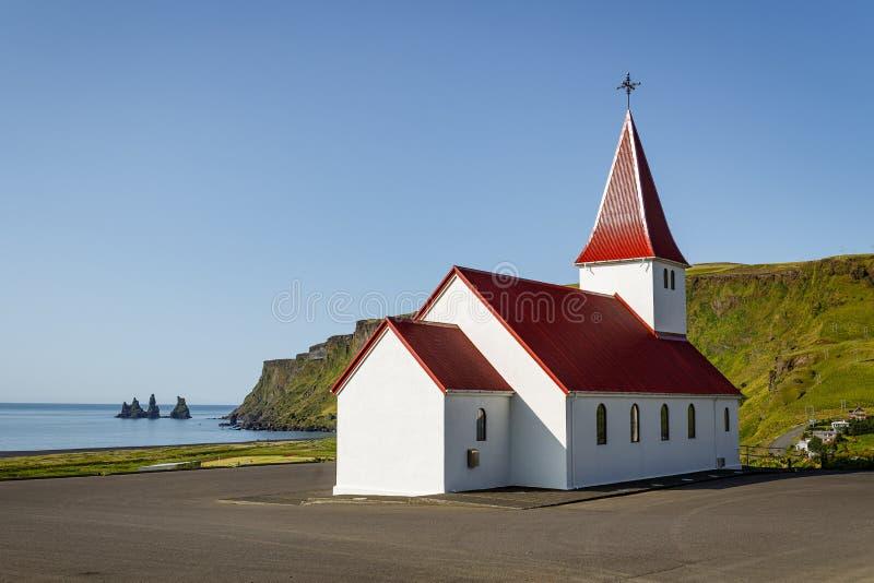 Église dominant Vik, Islande image libre de droits