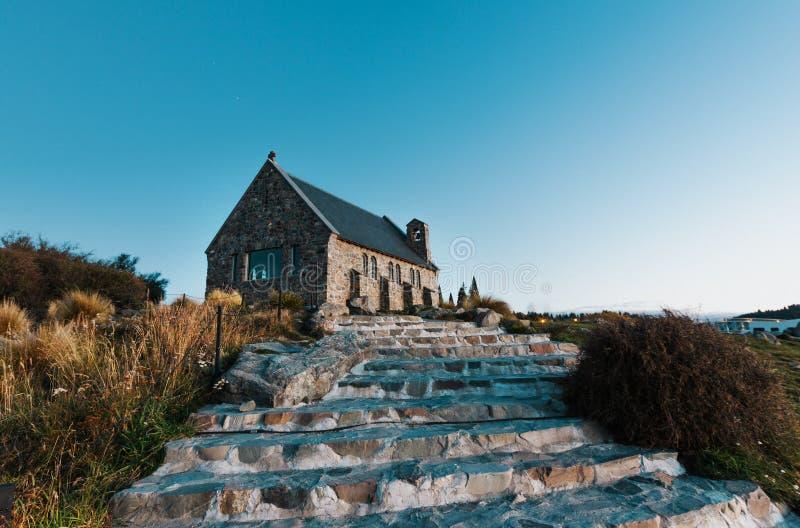 Église du bon berger au coucher du soleil | Lac Tekapo, NOUVELLE-ZÉLANDE photo libre de droits