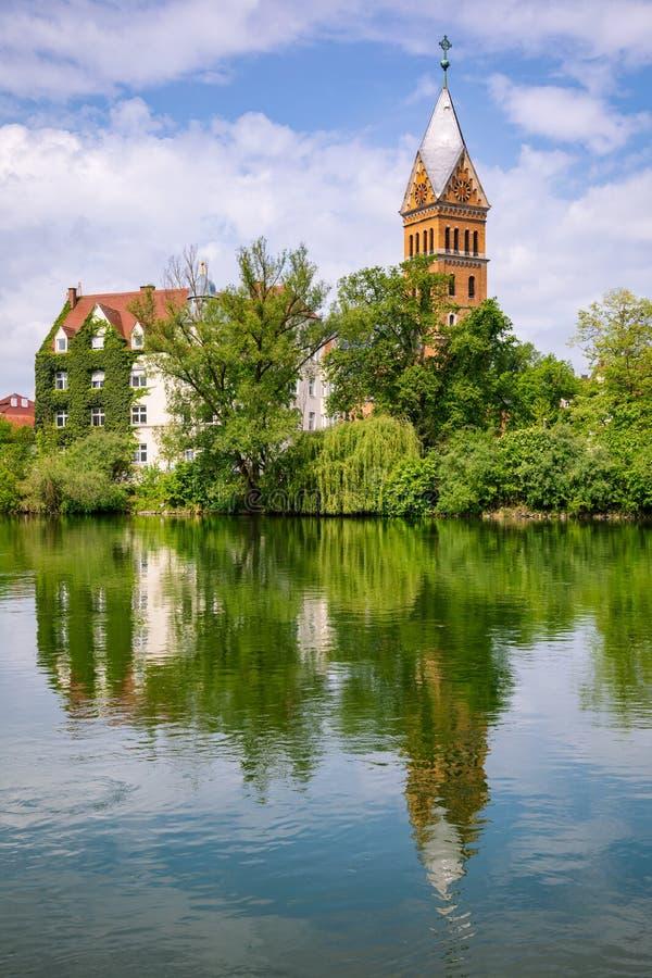 ?glise du Christ se refl?tant Bavi?re Allemagne de ville de Landshut de rivi?re d'Isar en vieille images stock