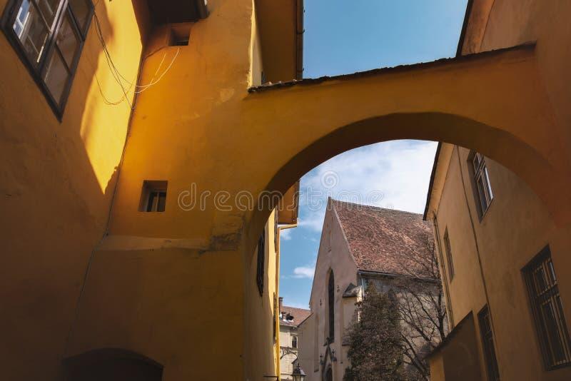 Église du monastère dominicain dans Sighisoara, vue par une arcade images libres de droits