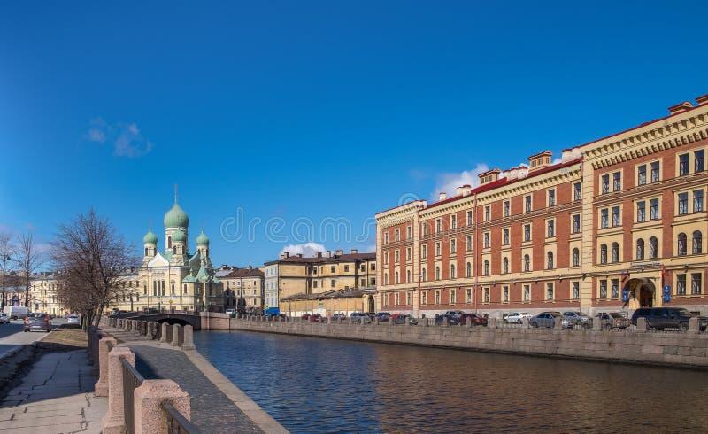 Église du ` s d'Isidor de saint sur le canal de Griboyedov à St Petersburg photographie stock