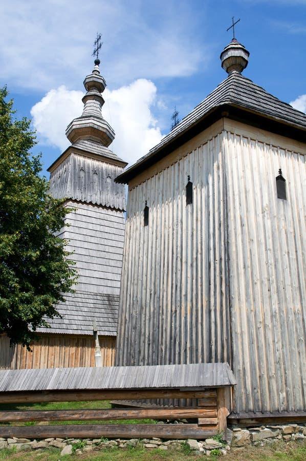 Église en bois dans Ladomirova images stock