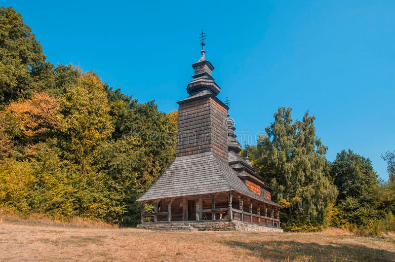 Église en bois dans le jardin, chute images libres de droits