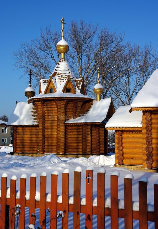 Église en bois dans le village russe photographie stock libre de droits